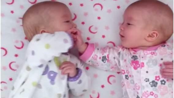 Dzieci bawią się ze sobą po raz pierwszy. Niesamowite nagranie bliźniąt jednojajowych