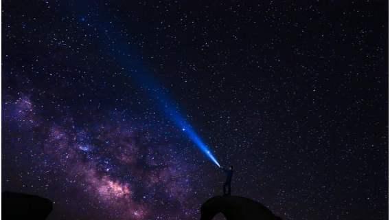 Całujący się kochankowie w kosmicznej scenerii. Jedno z najpiękniejszych zdjęć roku zachwyca internautów